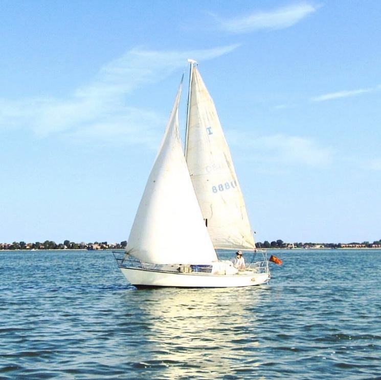Barca a vela in laguna