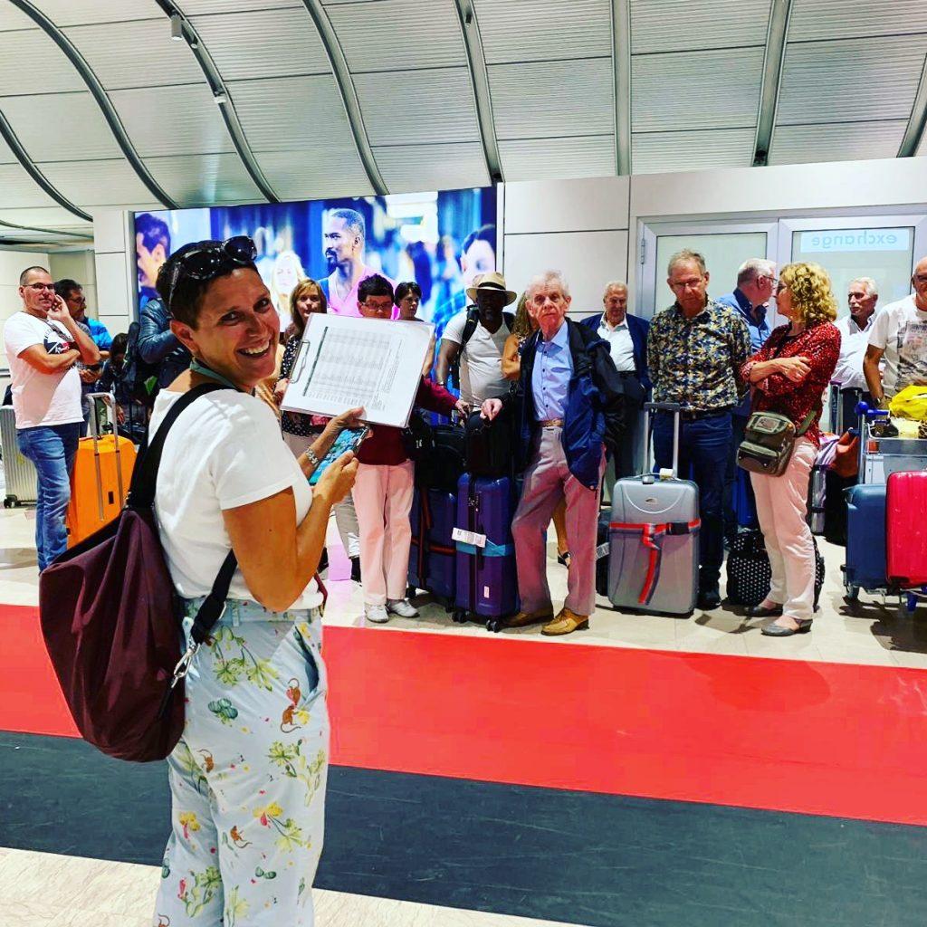 Romi in attesa di un gruppo all'aeroporto